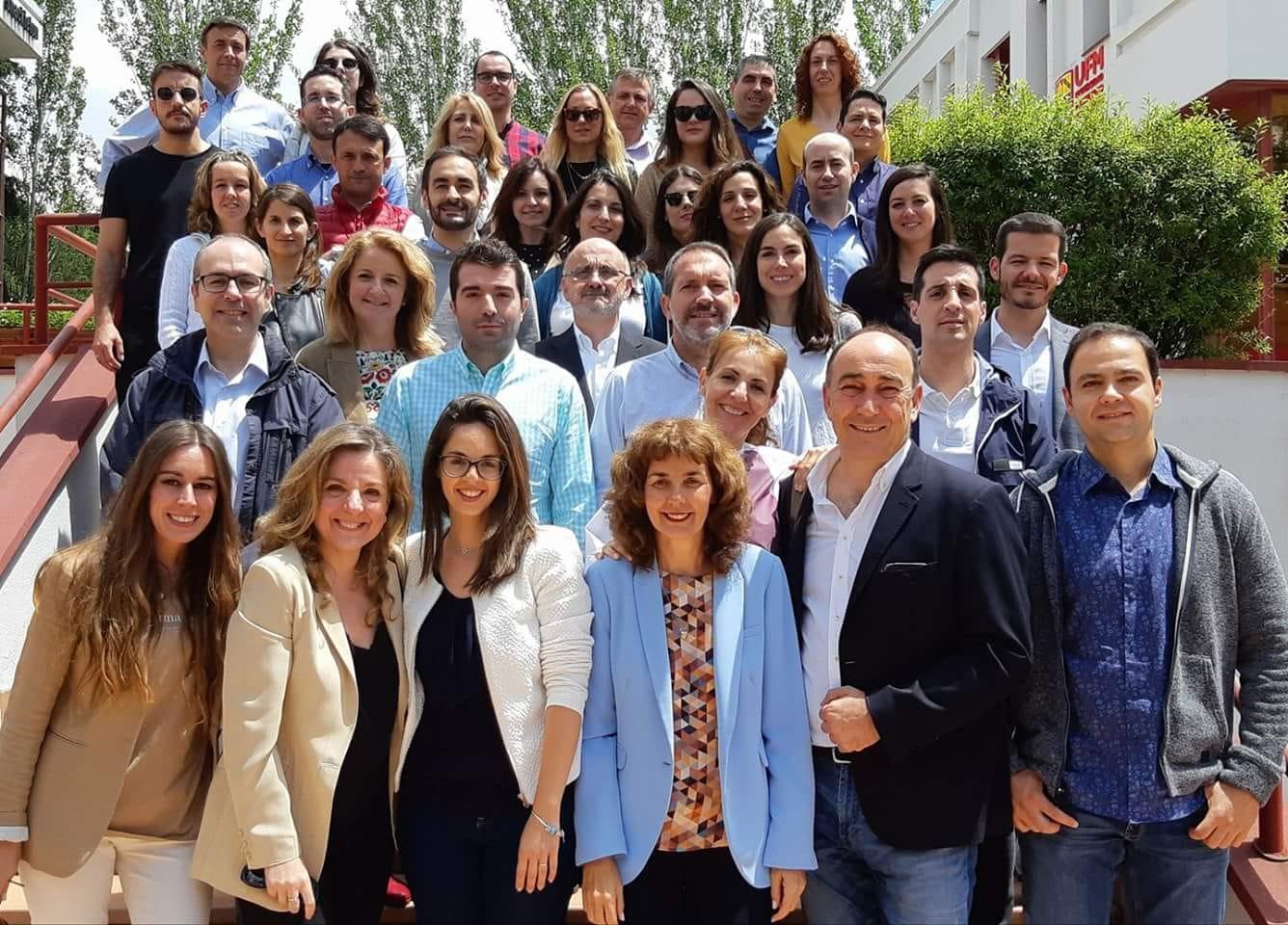 Grupo de alumnos y profesores de la EEO